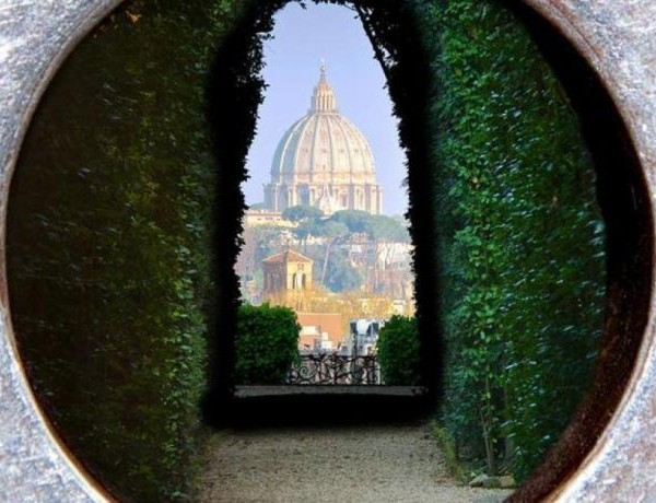peeping-through-aventine-keyhole-rome